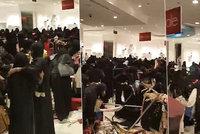 Muslimky vzaly útokem výprodej: Oblečení létalo vzduchem!