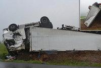 Rychlá jízda skončila dvoumilionovou škodou: Řidič kamion převrátil na střechu