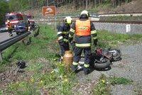 Motorkář (†26) u Chropyně narazil do zemědělského stroje: Na místě zemřel