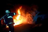 Ohnivá noc v Mostě: Hořel plot i audi! Řádil tu žhář?