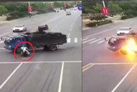Děsivá nehoda: Motorkáři explodovala nádrž u hlavy, skoro nic se mu nestalo