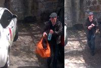 Ultra drzý zloděj v Karlíně vykradl auto: Majiteli upil z lahve, odnesl rádio a brusle