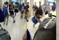 Vybral si špatnou oběť: Grázl chtěl šikanovat spolužáka. Ten ho jednou ranou srazil k zemi