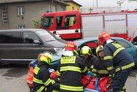 Dvě tragédie ve Slezsku: Čtrnáctiletý chlapec vypadl z okna, pětiletého hocha srazilo auto