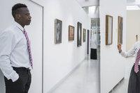 Pokus v Národní galerii: Návštěvníky provázeli lidé v hidžábech, Asiaté i černoši