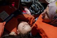 Umírala i batolata: V moři se utopilo 20 uprchlíků, na lodi jich bylo až 1700