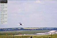 Letadlo mělo problém s podvozkem: Nouzově muselo přistát v Praze