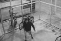 Zloději z garáží na Pankráci ukradli dvě kola, pak na nich odjeli: Nepoznáváte je?