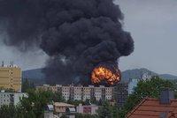 Požár chemičky přišel na 140 milionů: Policie obvinila pracovníka, který kradl ředidlo