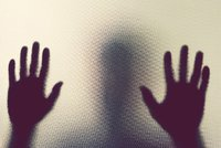 Matka nechala čtyři děti (10–14) o samotě: Ve dvě ráno řádily ve Znojmě, vymlátily skleněné dveře