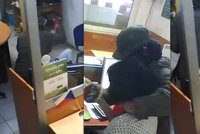 Zloděj přepadl směnárnu v Sapě: Ženu za přepážkou nejdřív zbil, pak ji utěšoval