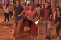 Davy prchaly před terorem, Paul s půllitrem šel Londýnem klidně dál