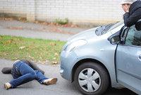 Dívku (14) v Kobylisích srazilo auto: Přebíhala mimo přechod