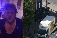 Řidič v Londýně najel dodávkou do muslimů. Dav ho chtěl lynčovat, on poslal pusu