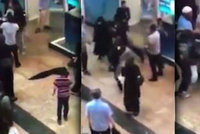 Ženy se servaly v obchoďáku: Jedna praštila druhou a strhla jí nikáb