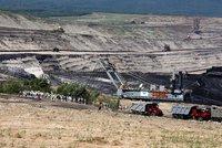 Do dolu Bílina vtrhlo 140 lidí: Zastavili těžbu, na místo musela policie