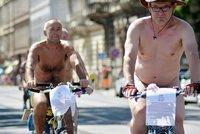 Prahou projeli naháči na kolech. Zachraňují tak planetu