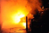 Noční požár aut v Nuslích: Majitelům vznikla škoda za půl milionu