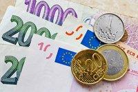 Čechy čekají levnější dovolené: Koruna je vůči euru nejsilnější od roku 2013