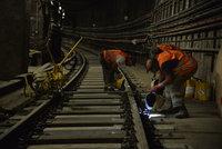 Metro na céčku už jezdí v plné trase: Dělníci si s výměnou pražců pospíšili kvůli koncertu Eda Sheerana