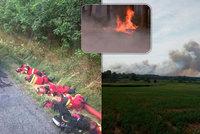 Hrdinové padli vyčerpáním: Hasiči při dlouhém boji s požárem spali u silnice