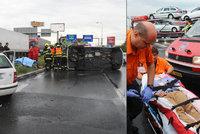 Na Průmyslové se převrátila sanitka: Záchranáři ošetřovali řidiče (30)