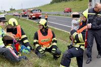 Hasiči a policisté utěšují děti po nehodě rodičů: Foto dojalo internet