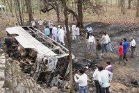 Autobus se zřítil do kanálu: Zahynulo nejméně 29 lidí