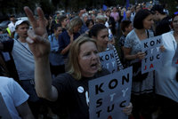 """""""Teď soudy, pak převezmou všechno"""": Protesty v Polsku pokračují"""
