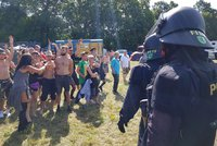 Na nelegální technoparty přijelo 6 tisíc lidí. Po hrozbách policie houfně mizí