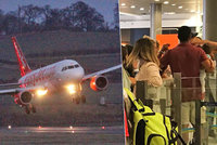Muž s miminkem si na letišti stěžoval na třináctihodinové zpoždění: Od zaměstnance dostal pěstí
