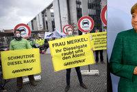Merkelovou obklopují lobbisté, tvrdí expert. Diesely však dál nesplňují limity