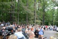 Žhářům navzdory: Na mši ke shořelému kostelu v Gutech přišly tři stovky lidí