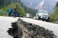 Zemětřesení v Číně: 19 obětí, 247 zraněných a otřesy dál pokračují