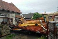 """""""Neskutečná síla."""" Vichr v Bohuslavicích poničil 80 domů, bral celé střechy"""