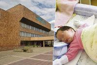Novorozená holčička si zlomila nohu sama, tvrdí nemocnice. Udělala to sestra, naříká maminka