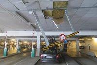 Řidiči demolují krytá parkoviště: Zapomínají, že mají na střeše kola