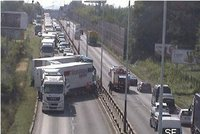 Čtyři kamiony v Kbelské skončily v sobě: Silnice byla neprůjezdná