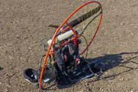 Muž v garáži opravoval motor paraglidu. Vrtule ho skoro rozsekala!