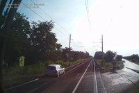 Auto uvízlo po smyku u Kolína na kolejích: Vlak ho v rychlosti 160 km/h těsně minul