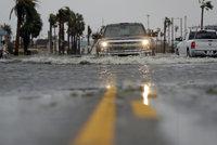 Hurikán Harvey uvěznil lidi v sutinách a zdražil benzin. Začínají záplavy