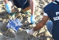 Dívku hromadně znásilnili na pláži v Itálii! Zbitý partner peklu přihlížel, pak upadl do bezvědomí