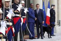 Zastavte uprchlíky, vyzval Macron Afričany. Pak jim nabídl peníze a ukázal psa