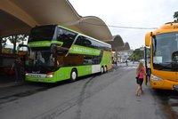 Válka autobusů u soudu: Žlutý RegioJet viní zelený Flixbus z podnákladových cen