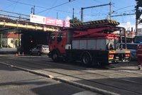 Komplikace v centru Prahy: Dopravu brzdí oprava na Palackého náměstí. A náklaďák strhl trolej