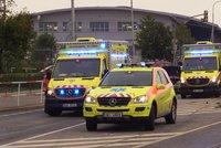Záchranáři v Kobylisích srazili chodkyni (32). Převáželi pacienta