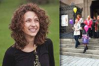 Denisa (†26), manželka bubeníka kapely Mirai, chtěla veselý pohřeb: Na poslední cestu ji vyprovodily balonky, před týdnem ji přejelo auto