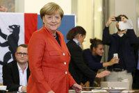 """ONLINE: Merkelová utrpěla vítězství, odpůrci uprchlíků bouří: """"Poženeme je!"""""""