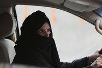 Král pustí ženy už i za volant. V Saúdské Arábii se řidičky těší na léto 2018