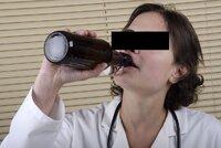 """Lékařce z Prostějova se """"zlomila jehla a zpackala zákrok"""": Víno prý pila z rozrušení"""